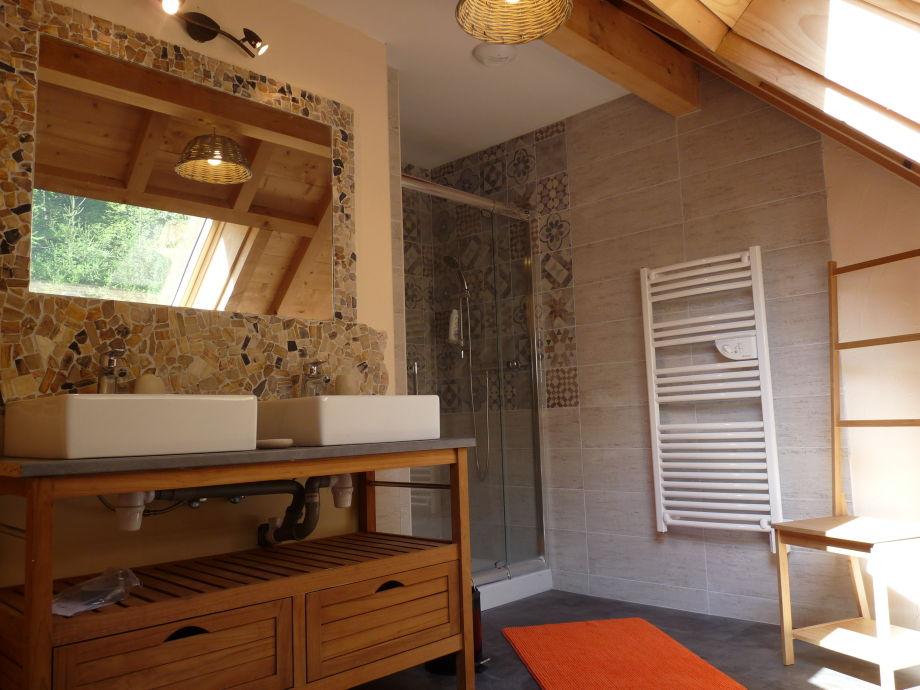 Eines Der 2 Badezimmern (jede Mit Dusche Und Fenster)
