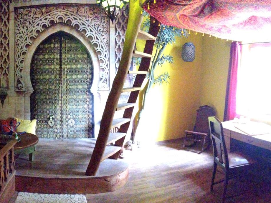 orientalisches Wohnzimmer mit Schreibtisch und Sitzecke
