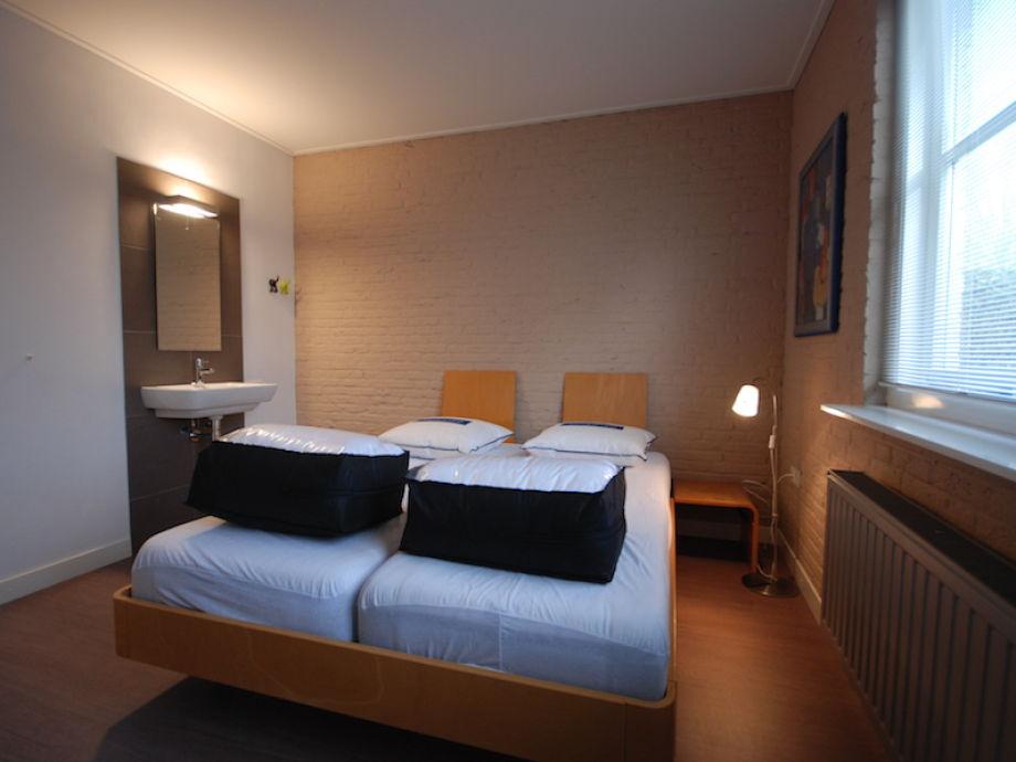 spomis.com | schlafzimmer dunkle möbel wandfarbe - Beispiele Modernes Wohnen Schlafzimmer Boxspringbett Leder