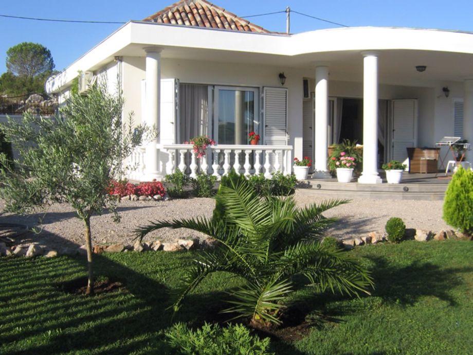 Sicht auf die Villa aus dem Garten