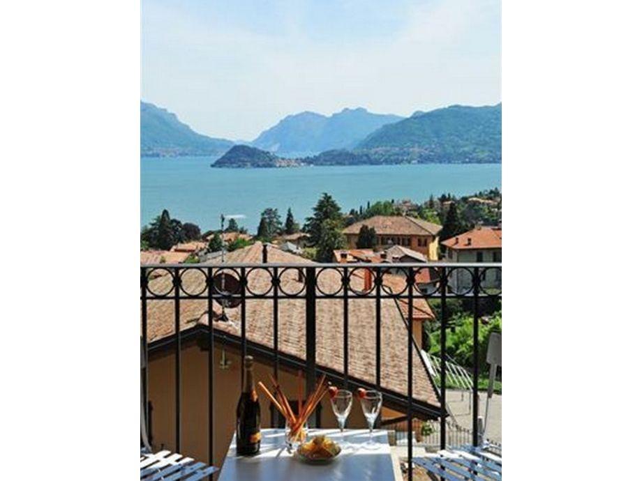 Ausblick vom Balkon auf den See und Bellagio
