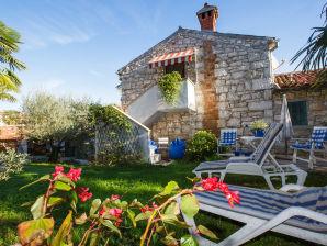 Ferienwohnung Nella mit Garten