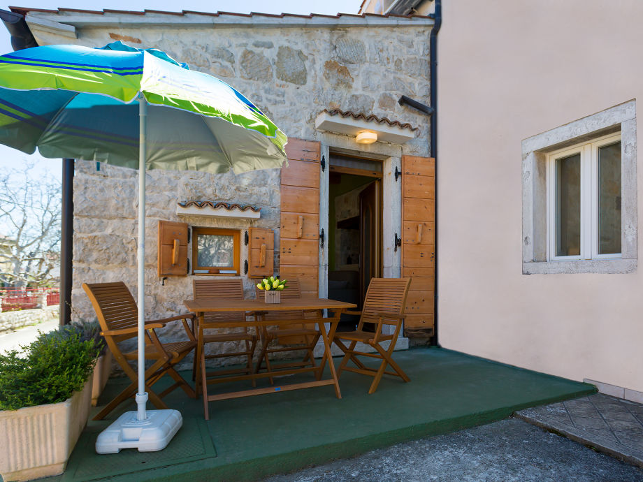 Terrasse mit Tisch und Stuhle