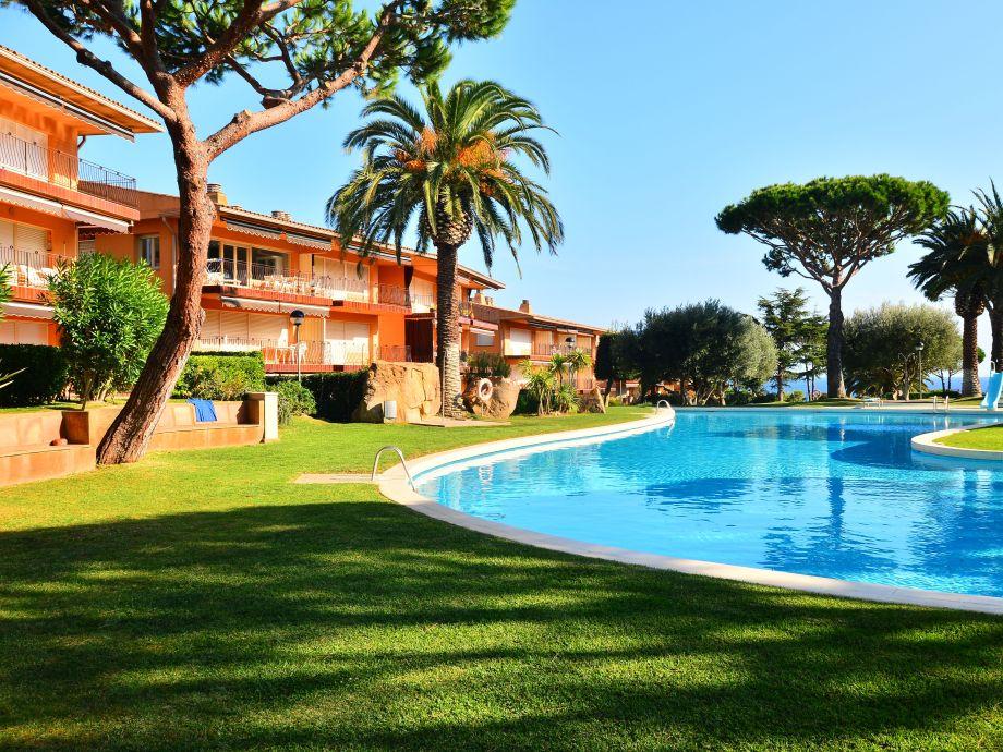 Weitläufige Pool- und Gartenanlage