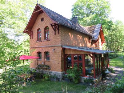 Rosenrot, Kutscherhaus am Weiher