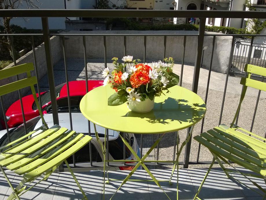 Balkon mit Tisch und 2 Stühlen