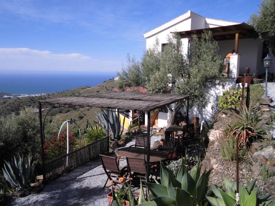 Blick vom Feriengrundstück auf weitere Terrassen