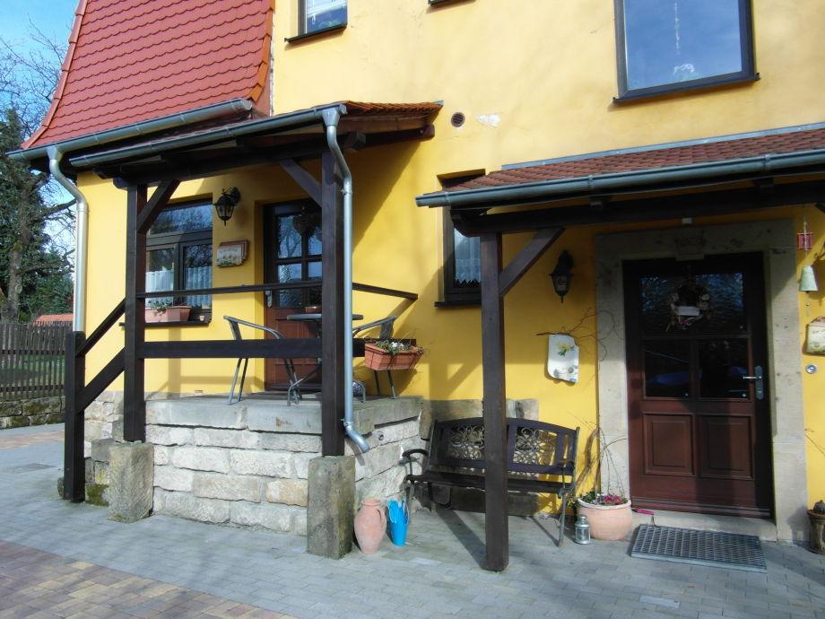 Rückansicht Haus mit Ferienwohnungseingang links