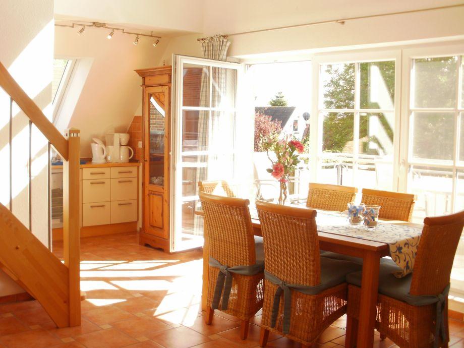 Eßplatz mit offener Küche und Treppe zur Galerie