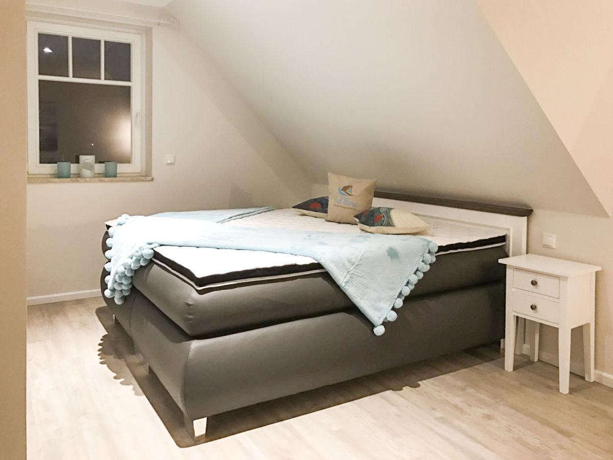 Schlafzimmer mit bequemen Boxspringbetten