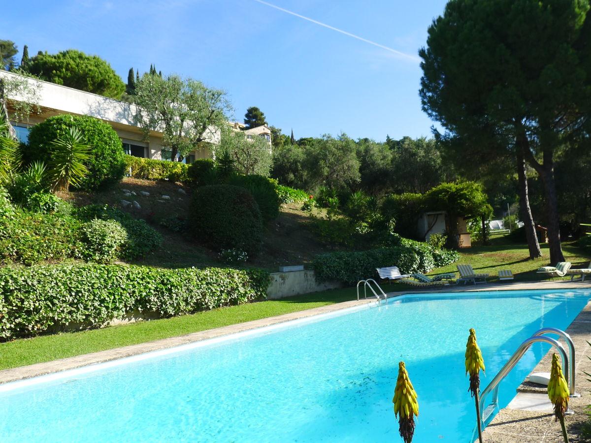 Beautiful villa mit garten und pool pictures house for Pool und garten
