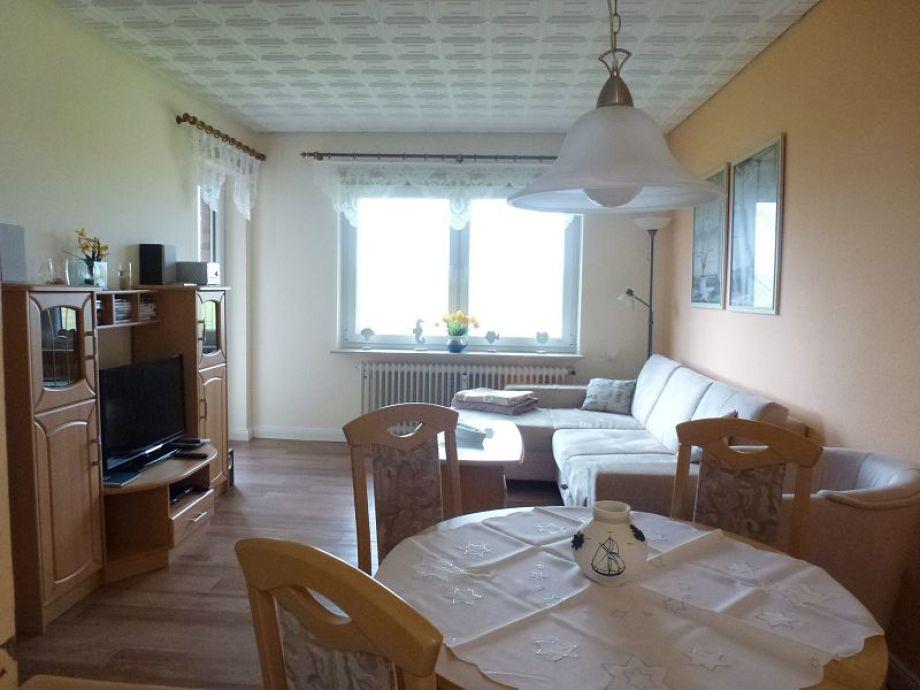 Wohnzimmer mit Essplatz und HD-TV