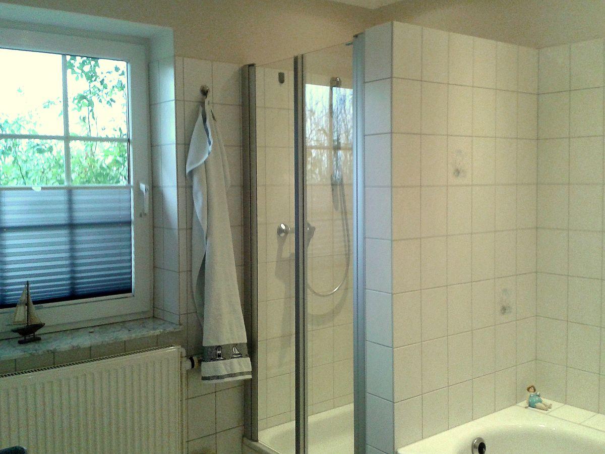 Ferienwohnung land und meer land eg halbinsel eiderstedt - Badezimmer mit dusche und badewanne ...