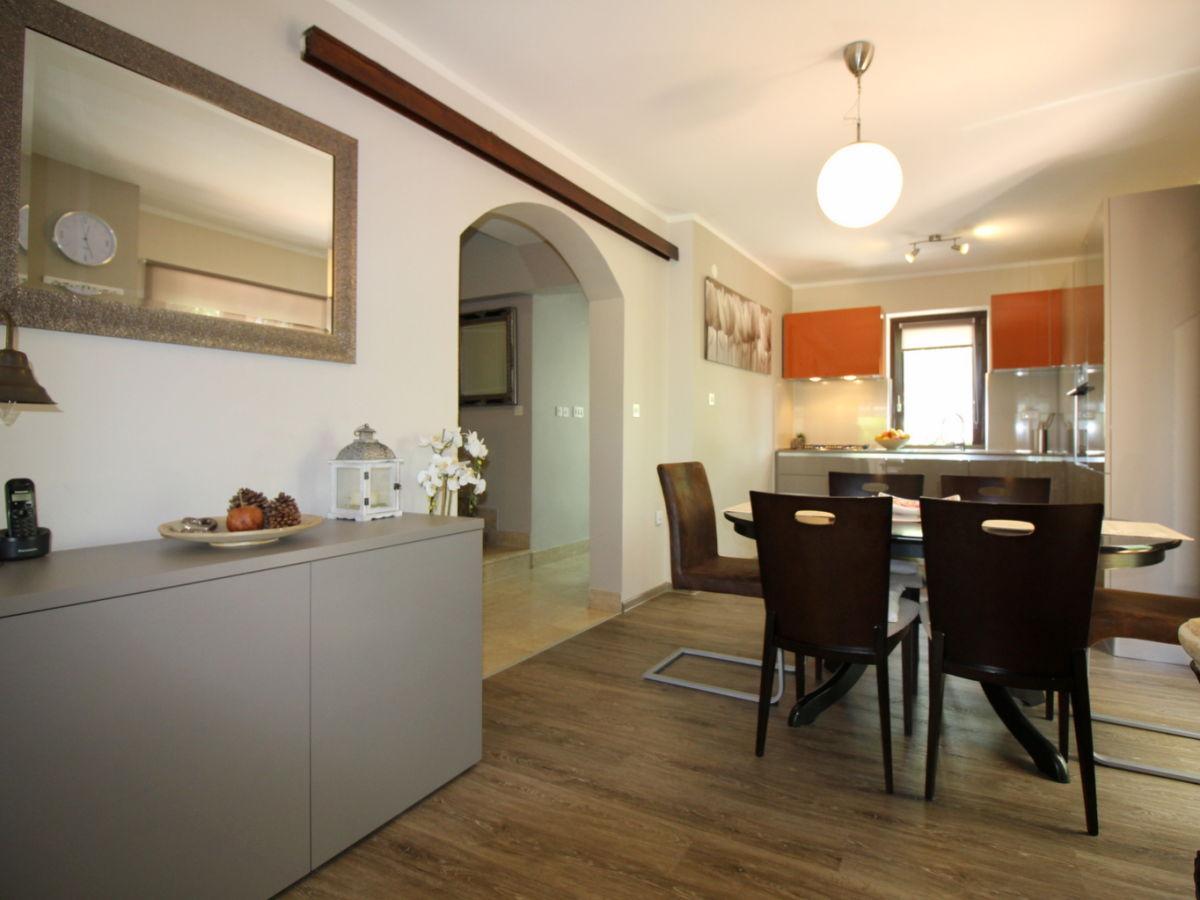 Modernes Ferienhaus Carla mit Garten, Porec, Istrien - Firma Istra Line Travel Agency - Frau ...