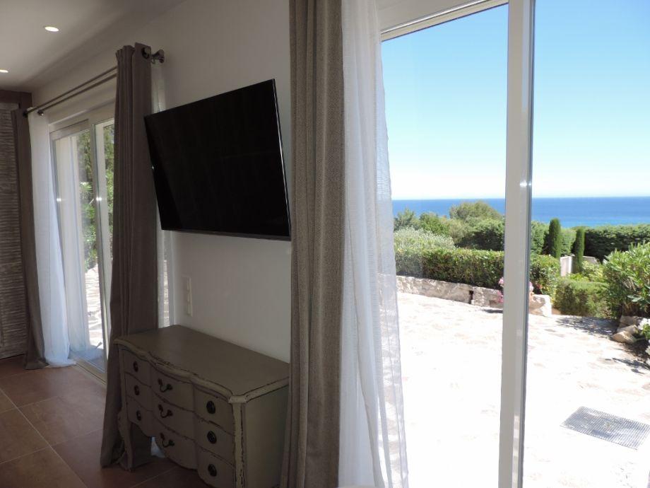 Blick über Terrasse aufs Meer