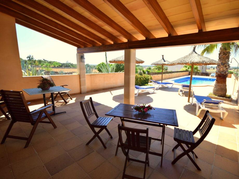 Der Pool hat sogar eine kleine Überdachte Terrasse damit Sie gut vor der Sonne geschützt sind