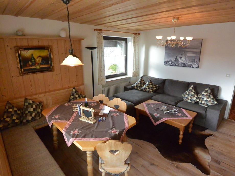 Wohnzimmer mit Couch und Eckbank