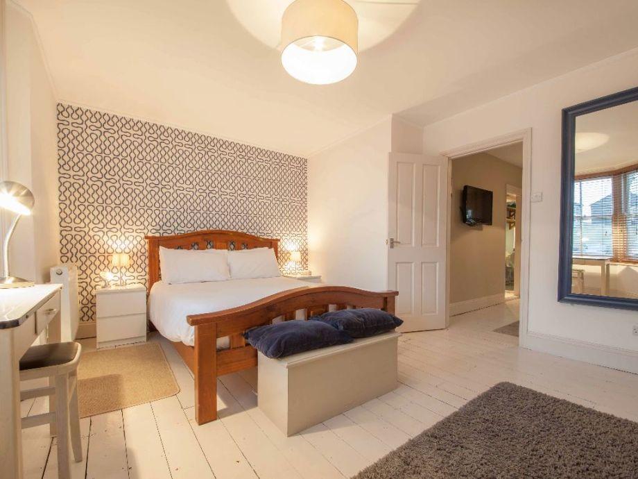 Modern eingerichtetes und weitläufiges Schlafzimmer