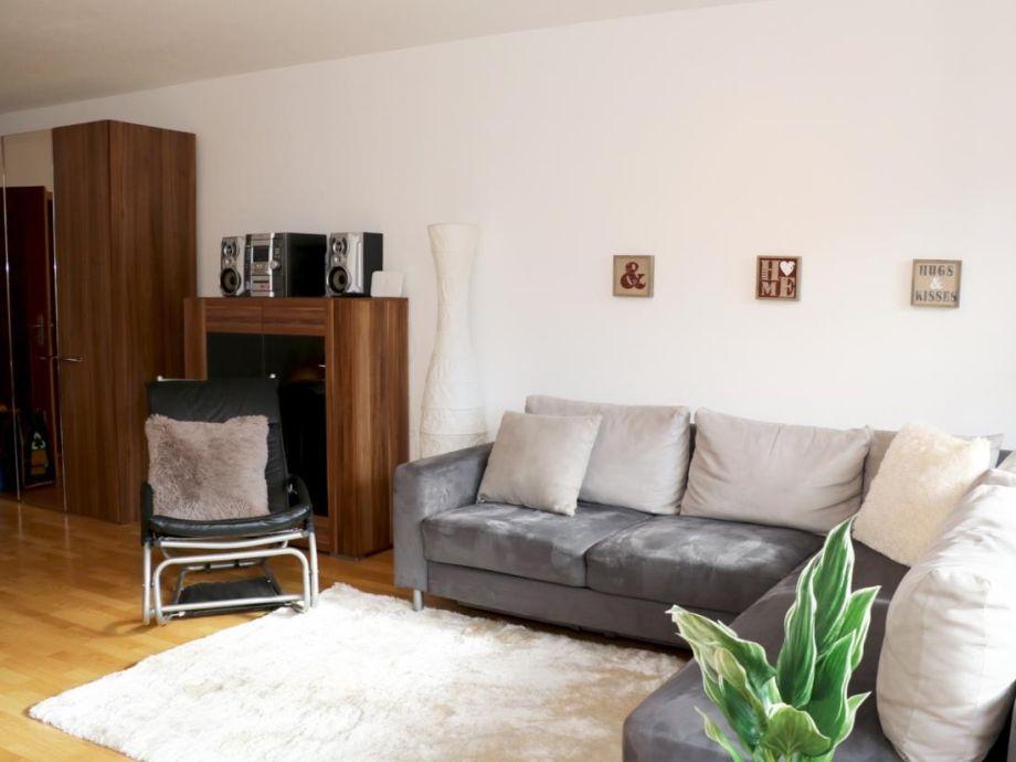 Ausreichend Sitzmöglichkeiten auf der Couch oder in dem Sessel