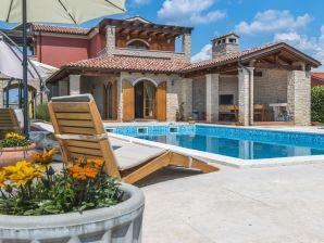 Schöne Villa idyllisch gelegen [8+1]