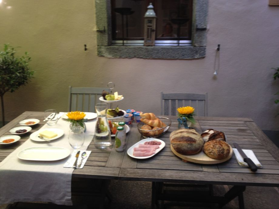 Frühstück optional im Innenhof
