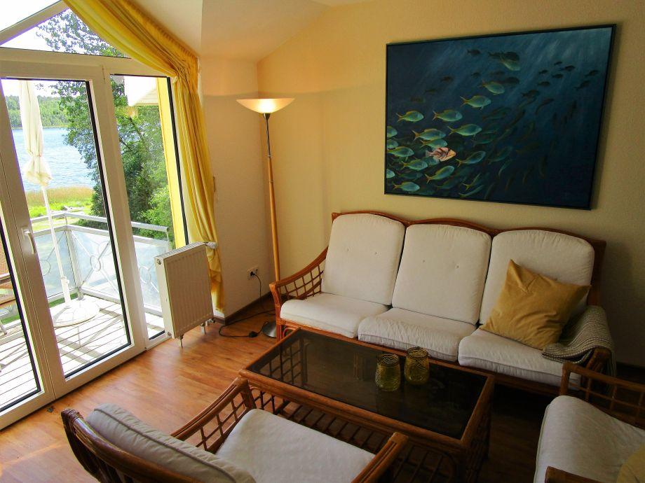 Wohnzimmer mit Balkoon zum See