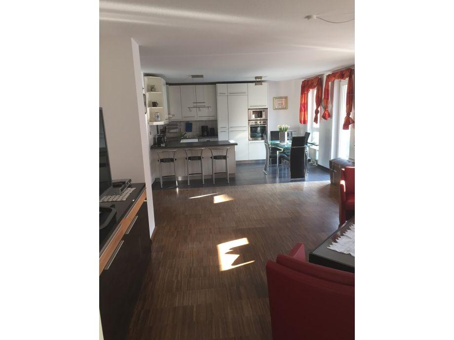 Großzügiger offener Wohn-Essbereich mit Küche