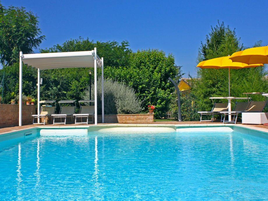 12x6 m Schwimmbad mit Sonnenschirmen und Sonnenliegen