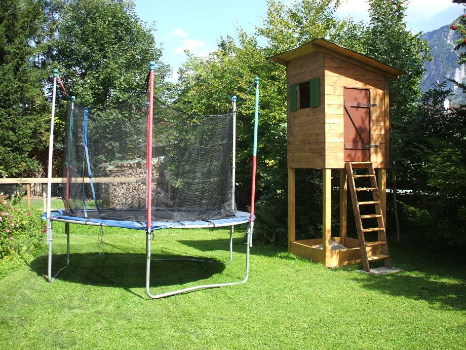 Spielhaus mit Sandkasten und Trampolin