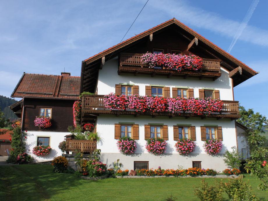Haus in voller Blütenpracht