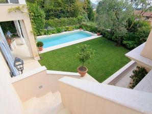 Ferienwohnung Hochwertige Villa mit Seeblick und Pool in Salò
