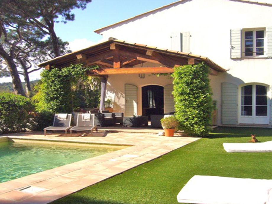 Teilansicht Garten, Pool und überdachte Terrasse
