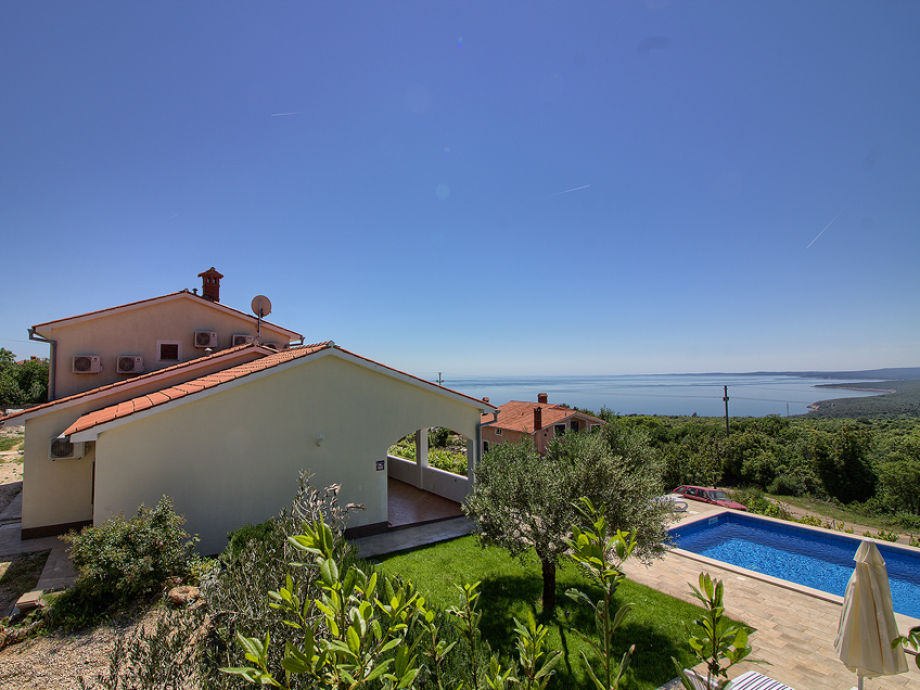 House with garden, pool and sea view