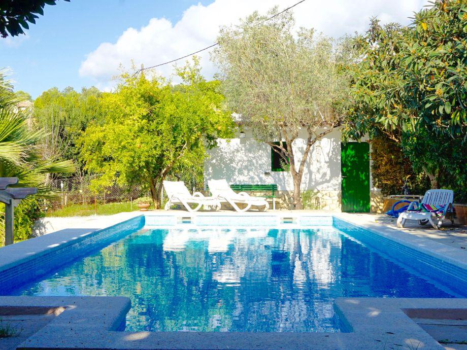 Großer Pool (11,5 x 4,5 m), Blick zum Poolhaus