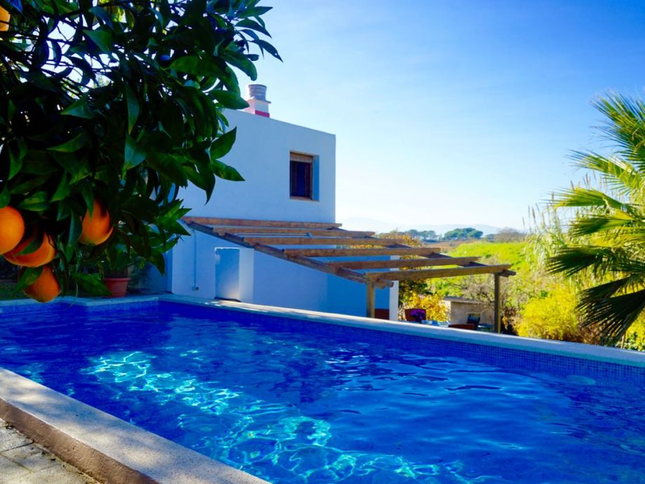 am Pool mit Blick zum Ferienhaus CASA MARIPOSA
