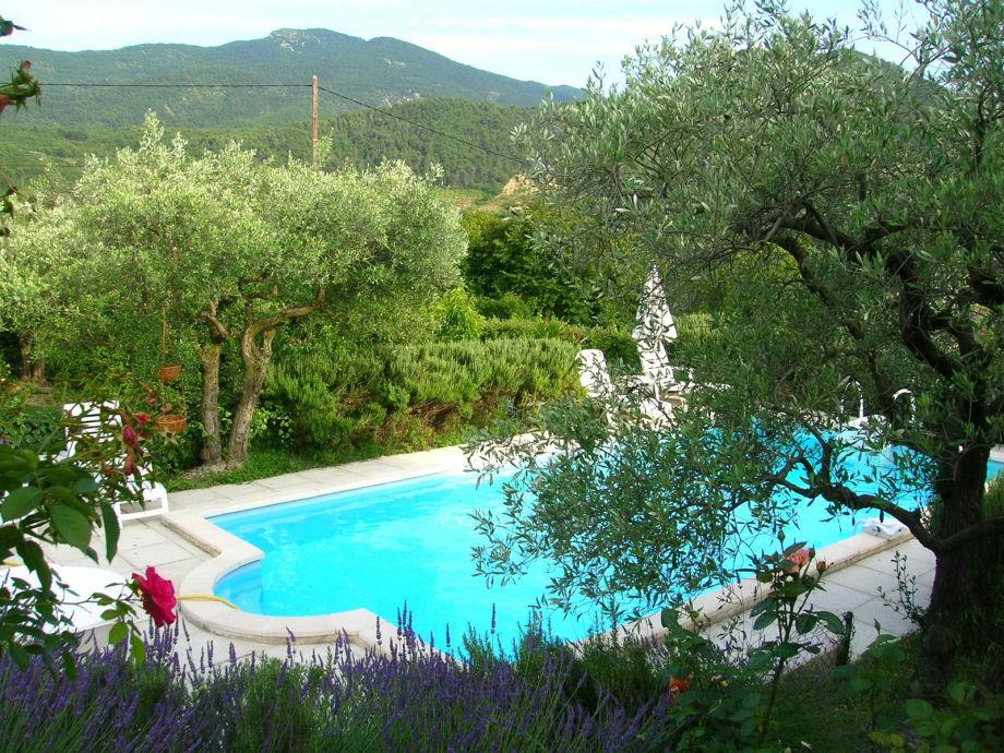 Pool mit Blick über die Berge