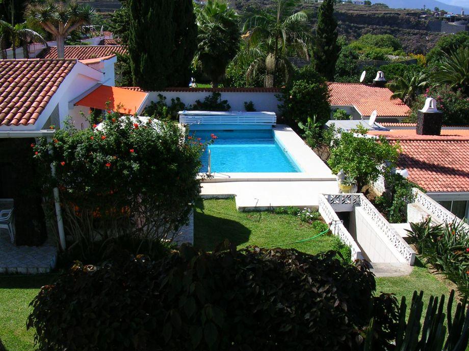 Blick auf den Pool und in den Garten