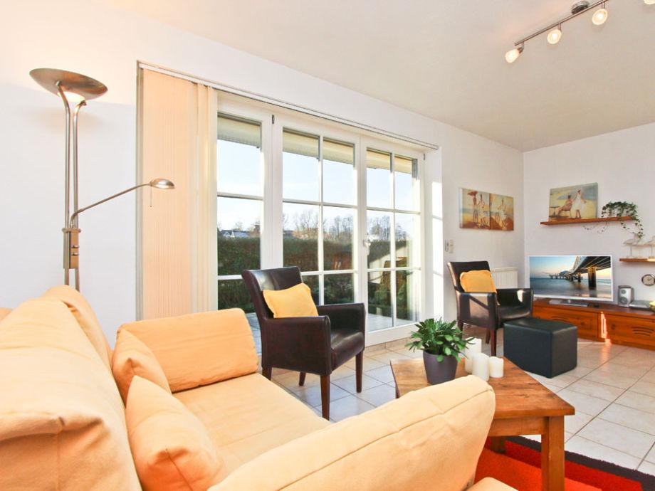 Couch, Flatscreen-TV und Stereoanlage im Wohnzimmer