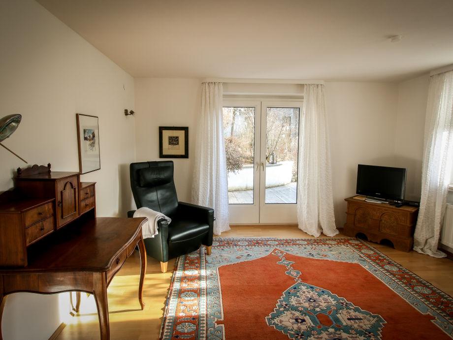 Wohnzimmer mit Sekretär und TV-Sessel