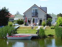 Ferienhaus mit kleinem Ruderboot