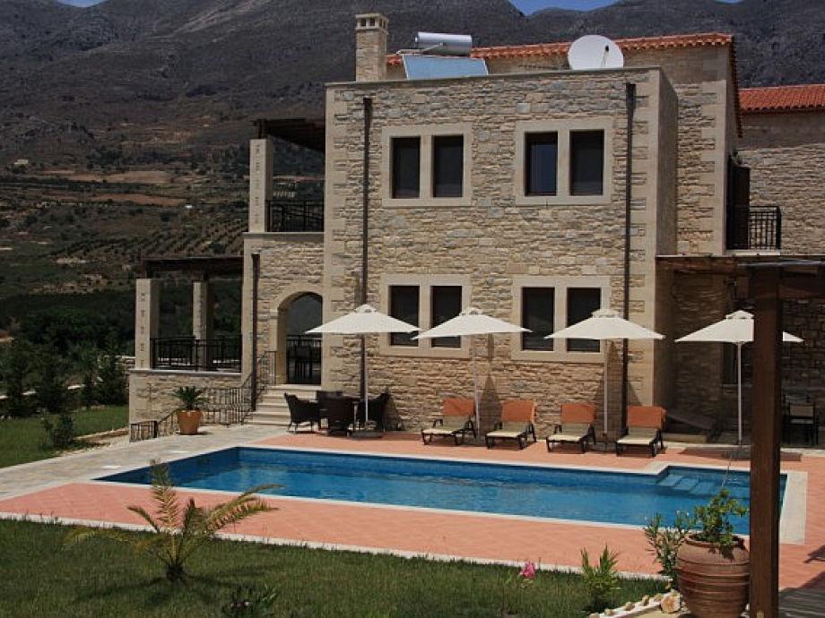 Seitenansicht des Ferienhauses mit Pool