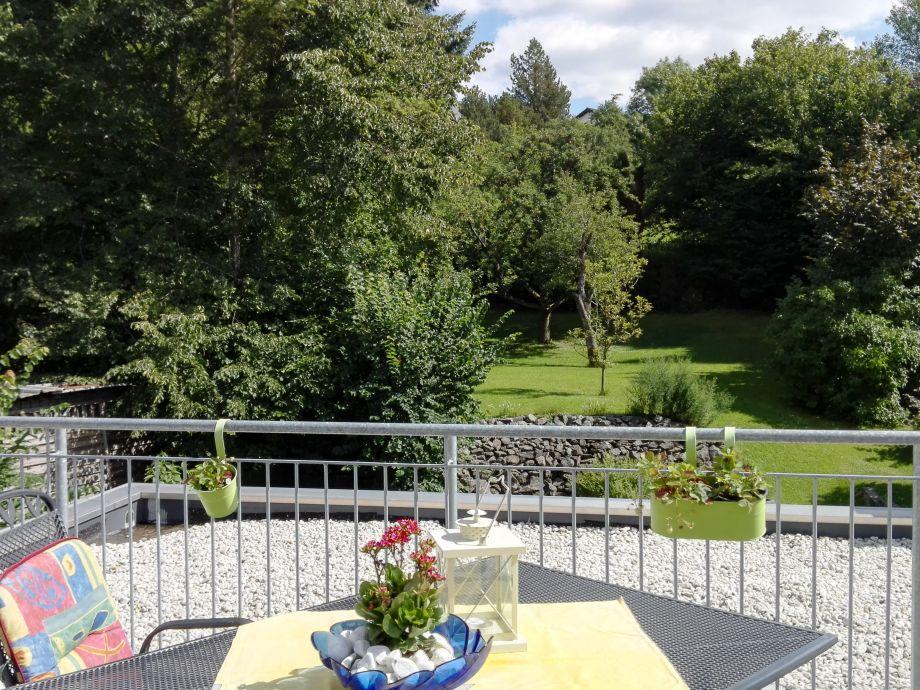 Blick von der 35qm grossen Terrasse ins ruhige Grün