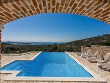 Ferienhaus Luxuriöse traditionelle Villa mit Pool und herrlicher Aussicht