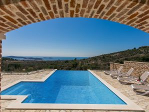 Holiday house Luxury traditional villa with pool and splendid view