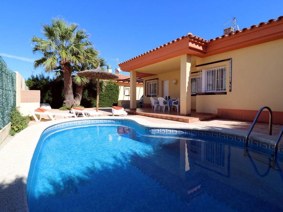 Pool, 3 Sonnenliegen, 1 Sonnenschirm, Außengrill