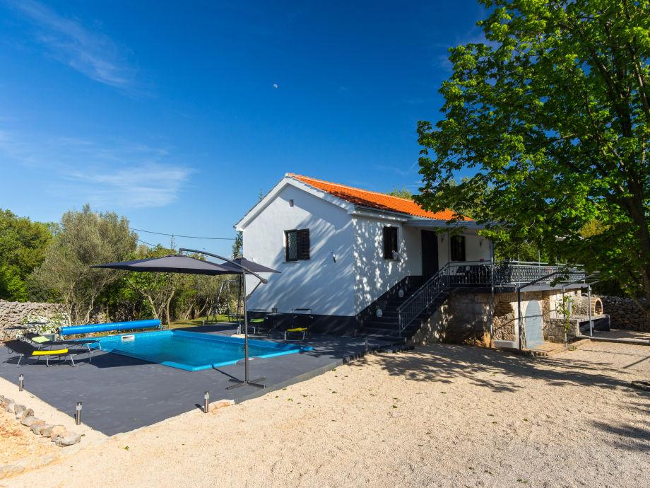 Schwimmbad (30 m2, beheized, Hydromasage, Gegenstrohm)