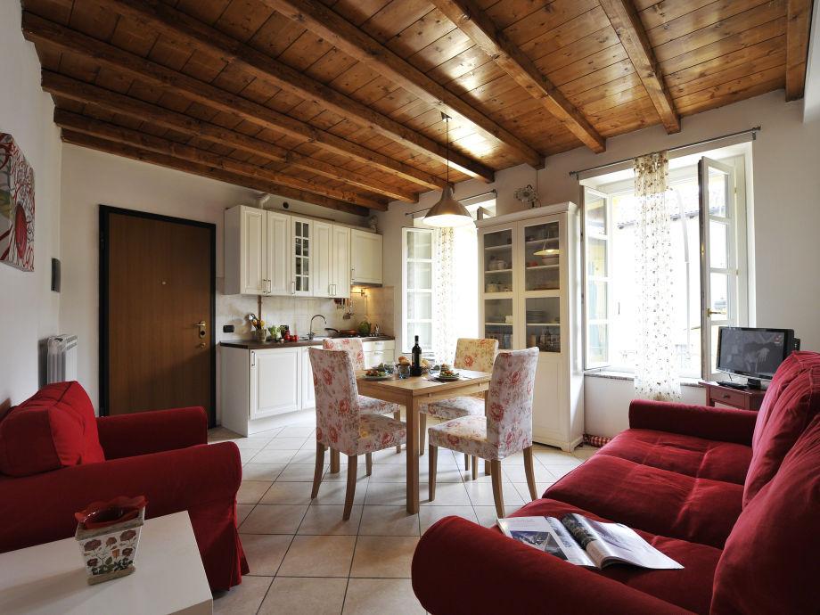 Wohnbereich mit offener Küche und Sofacouch