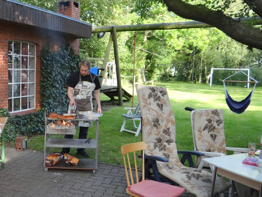 grillplatz im garten ferienhaus g ddens 2 hochsauerland. Black Bedroom Furniture Sets. Home Design Ideas