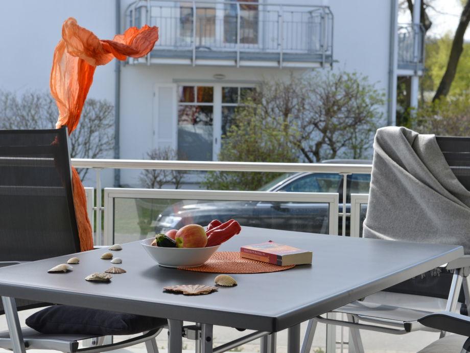 Terrasse mit Gartenmöbeln direkt hinter der Düne