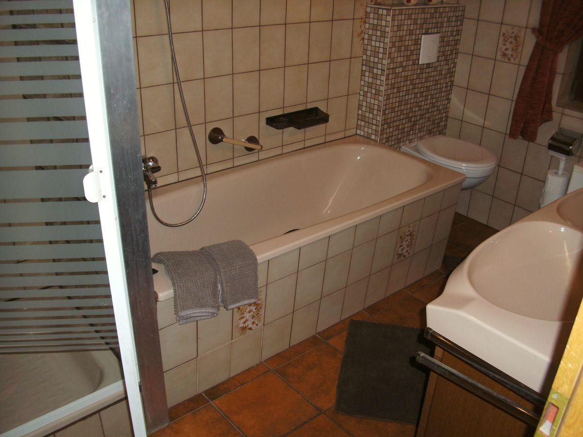Ferienwohnung gemmer 2 rheinsteig loreley frau anneli - Badezimmer mit dusche und badewanne ...